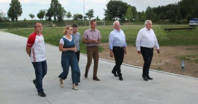 Wizyta władz państwowych na boisku w Radziłowie